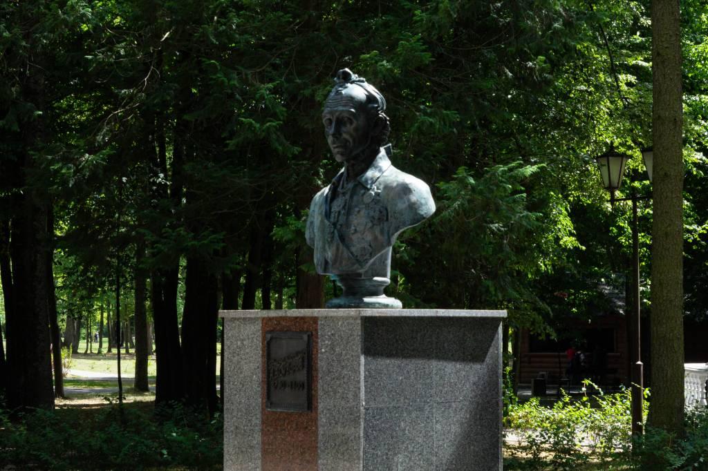 Памятник Суворову в парке.jpg