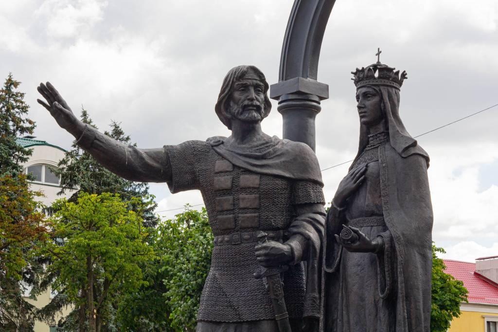 Памятник кобринским князьям.jpg